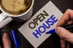 Begreppsmässig handhandstil som visar det öppna huset Wri för lägenhet för byggnad för egenskap för hem för affärsfototext bostad arkivfoto