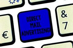 Begreppsmässig handhandstil som visar direkt post som annonserar Affärsfototext att leverera marknadsföringsmaterial till kliente arkivfoton