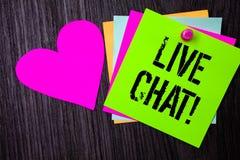 Begreppsmässig handhandstil som visar Live Chat Motivational Call Konversation för massmedia för affärsfototext meddelar realtids Arkivbilder