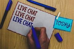 Begreppsmässig handhandstil som visar Live Chat Live Chat Live pratstund Affärsfototext som talar med online-mor för folkvänsläkt Arkivfoto