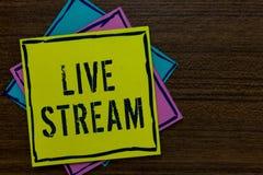 Begreppsmässig handhandstil som visar Live Stream Affärsfototext överför eller mottar video och ljudsignal täckning över internet arkivfoton