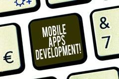 Begreppsmässig handhandstil som visar mobil Appsutveckling Affärsfoto som ställer ut process av att framkalla den mobila appen fö arkivbilder