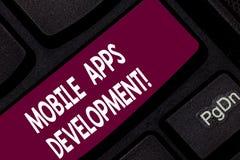 Begreppsmässig handhandstil som visar mobil Appsutveckling Affärsfoto som ställer ut process av att framkalla den mobila appen fö arkivfoto