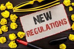Begreppsmässig handhandstil som visar ny reglemente Ändring för affärsfototext av lagar härskar företags writt för normala specif Royaltyfri Bild