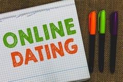 Begreppsmässig handhandstil som visar online-datummärkning Affärsfototext som söker matcha förhållanden som eDating att prata för royaltyfri foto