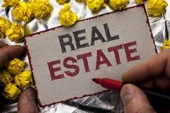 Begreppsmässig handhandstil som visar Real Estate Affärsfoto som ställer ut den bostads- egenskapen som bygger täckt verklig wr f Arkivbilder