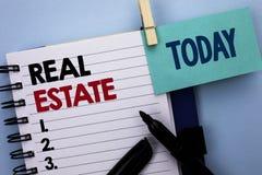 Begreppsmässig handhandstil som visar Real Estate Bostads- egenskap för affärsfototext som bygger täckt verkligt skriftligt för l arkivfoton