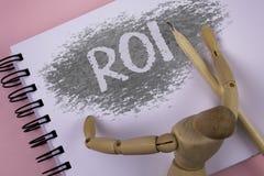 Begreppsmässig handhandstil som visar Roi Affärsfoto som ställer ut retur på utvärdering för vinstkapacitetsmått av en affär Effi Royaltyfria Bilder