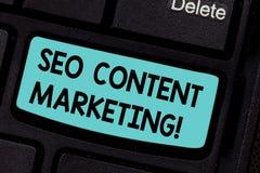 Begreppsmässig handhandstil som visar Seo Content Marketing Affärsfoto som ställer ut publikationen av material som planläggs til royaltyfria bilder