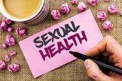 Begreppsmässig handhandstil som visar sexuell hälsa Vanor för skydd för bruk för förhindrande för STD för affärsfototext könsbest royaltyfria foton