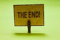 Begreppsmässig handhandstil som visar slutet Motivational appell Avslutning för affärsfototext av tid för något avsluta av livNic royaltyfria bilder