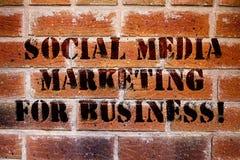 Begreppsmässig handhandstil som visar socialt massmedia som marknadsför för affär Affärsfototext som annonserar Optimization fotografering för bildbyråer