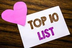 Begreppsmässig handhandstiltext som visar begreppet för tio lista för framgång tio, listar topp 10 skriftligt på klibbigt anmärkn Arkivbild