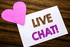 Begreppsmässig handhandstiltext som visar Live Chat Begrepp för kommunikationen Livechat som är skriftlig på klibbigt anmärknings Royaltyfria Foton