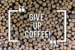 Begreppsmässig handhandstiluppvisning ger upp kaffe Stopp för affärsfototext som dricker varma drycker med sund koffein royaltyfria bilder