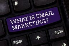 Begreppsmässig handhandstiluppvisning vad är Emailmarknadsföringen Affärsfototext som annonserar, genom att överföra postinformat arkivfoton