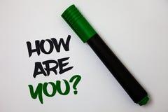 Begreppsmässig handhandstilvisning hur är du frågan Affärsfototext din vård- status som frågar om din liv och hälsa Whi arkivbilder