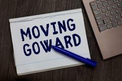 Begreppsmässig handhandstilvisning som flyttar Goward Affärsfototext in mot en punktflyttning på att gå framåt vidare Op för- fra royaltyfri foto