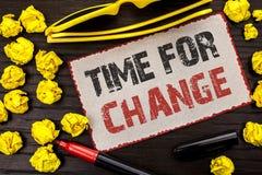 Begreppsmässig handhandstilvisning Tid för ändring Början för evolution för ögonblick för affärsfototext riskerar ändrande nya fö Arkivbild