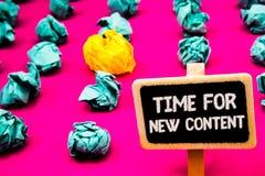 Begreppsmässig handhandstilvisning Tid för nytt innehåll För Copyright för affärsfototext som begrepp för uppdatering publikation royaltyfria bilder