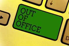 Begreppsmässig handhandstilvisning ut ur kontor Affärsfototext utanför jobbet inget i affärsavbrottsfritid kopplar av tidtangent arkivbilder