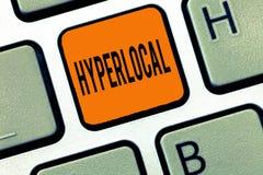 Begreppsmässig Hyperlocal handhandstiluppvisning Affärsfototext om att angå en liten gemenskap eller geografiskt royaltyfria bilder