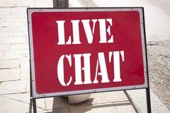 Begreppsmässig inspiration för överskrift för handhandstiltext som visar Live Chat Affärsidé för att prata den kommunikationsDigi Arkivfoto
