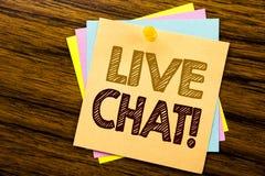 Begreppsmässig inspiration för överskrift för handhandstiltext som visar Live Chat Affärsidé för kommunikationen Livechat som är  Arkivbilder