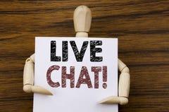 Begreppsmässig inspiration för överskrift för handhandstiltext som visar Live Chat Affärsidé för kommunikationen Livechat som är  Arkivfoton