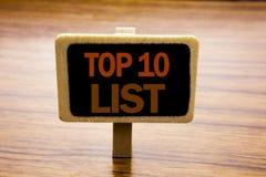 Begreppsmässig inspiration för överskriften för handhandstiltext som visar affärsidéen för tio lista för framgång tio, listar top Arkivfoton