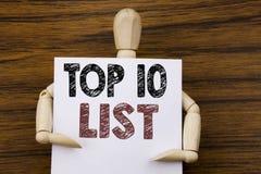 Begreppsmässig inspiration för överskriften för handhandstiltext som visar affärsidéen för tio lista för framgång tio, listar top Royaltyfri Foto
