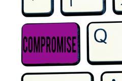 Begreppsmässig kompromiss för handhandstilvisning Affärsfototext som komms till överenskommelse av ömsesidigt medgivande, ger sig arkivbilder