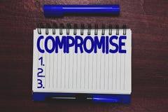 Begreppsmässig kompromiss för handhandstilvisning Affärsfototext som komms till överenskommelse av ömsesidigt medgivande, ger sig arkivfoto