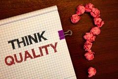 Begreppsmässig kvalitet för funderare för handhandstilvisning Affärsfoto som ställer ut att tänka av innovativa värdefulla lösnin Royaltyfri Foto