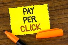 Begreppsmässig lön för handhandstilvisning per klick Att ställa ut för affärsfoto får pengar från besökareannonser som annonserar arkivfoto