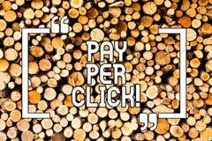 Begreppsmässig lön för handhandstilvisning per klick Att ställa ut för affärsfoto får pengar från besökareannonser som annonserar royaltyfria foton