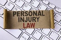 Begreppsmässig lag för personskada för handhandstilvisning Affärsfoto som i fall att ställer ut garanti dina rätter av faror elle royaltyfri bild