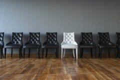 Begreppsmässig ledarskapbild (stolar i klassisk inre) Arkivbilder