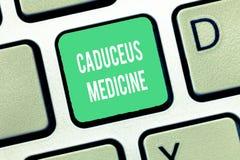 Begreppsmässig medicin för Caduceus för handhandstilvisning Symbol för affärsfototext som används i medicin i stället för Stången royaltyfria foton