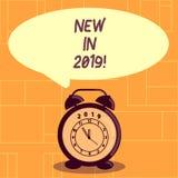 Begreppsmässig ny handhandstiluppvisning i 2019 Affärsfoto som ställer ut kommande årsupplösning som annonserar ny produktspecifi arkivfoto