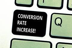 Begreppsmässig omvandling Rate Increase för handhandstilvisning Affärsfoto som ställer ut procentsats av användare som tar royaltyfri foto