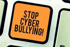 Begreppsmässig pennalism för Cyber för stopp för handhandstilvisning Att ställa ut för affärsfoto förhindrar bruk av den elektron arkivfoto