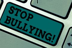 Begreppsmässig pennalism för stopp för handhandstilvisning Att ställa ut för affärsfoto fortsätter inte missbrukmobbningagression royaltyfri foto