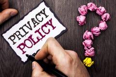 Begreppsmässig politik för avskildhet för handhandstilvisning Affärsfoto t arkivbild
