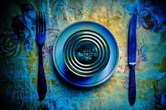 Begreppsmässig portion av frukosten från på burk mat, kniven och gafflar royaltyfri foto