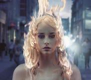 Begreppsmässig stående av en dam med brinnande hår royaltyfri bild