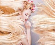 Begreppsmässig stående av en delikat dam med en fluffig frisyr royaltyfri foto