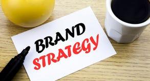 Begreppsmässig strategi för märke för visning för handhandstiltext Affärsidéen för att marknadsföra papper för den skriftliga kli arkivbilder