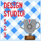 Begreppsmässig studio för design för handhandstilvisning Arbetsplats för affärsfototext för formgivare och hantverkare som in kop stock illustrationer