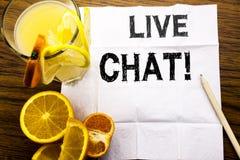 Begreppsmässig textöverskrift som visar Live Chat Begrepp för kommunikationen Livechat som är skriftlig på silkespapperpapper på  Arkivbild
